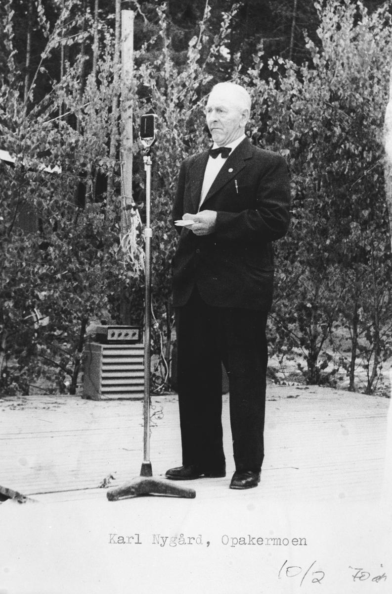 Politiker Karl Nygård holder tale på Opakermoen.