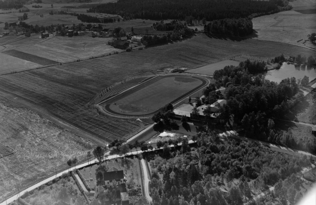 FRA UNIVERSITETSOMRÅDET PÅ ÅS. STUDENTSAMFUNNET MED STOREBRAND STADION (1948) OG LILLEBRAND TIL HØYRE.