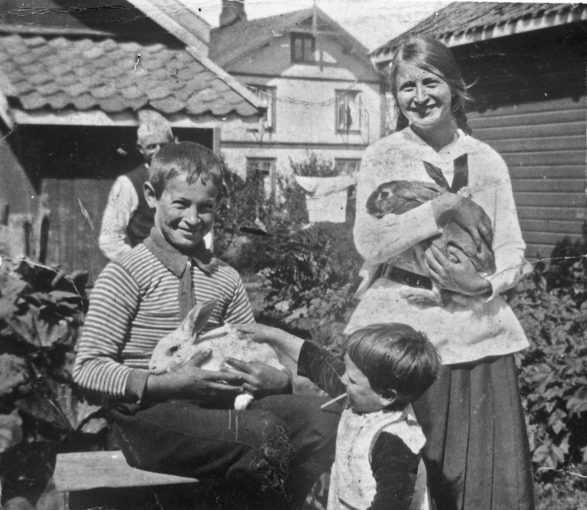 Barn med kaniner.