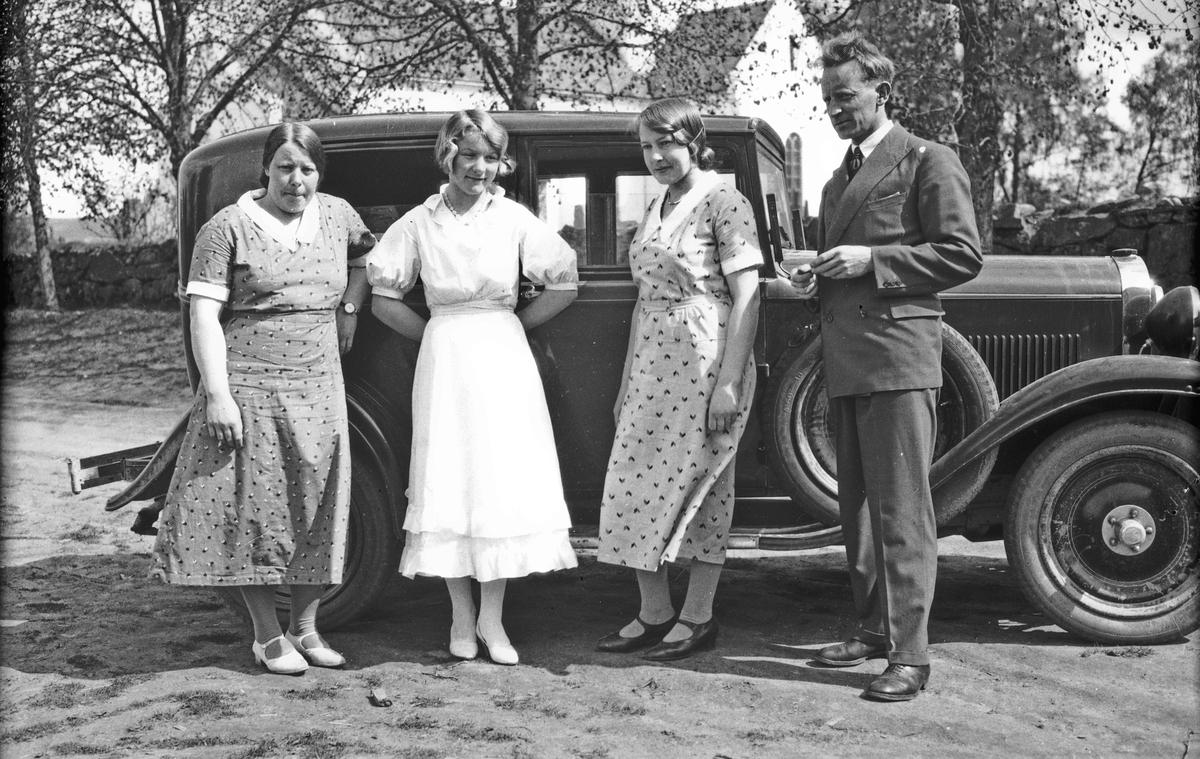Lars Bry og 3 jenter foran bil fra 20-30-tallet.