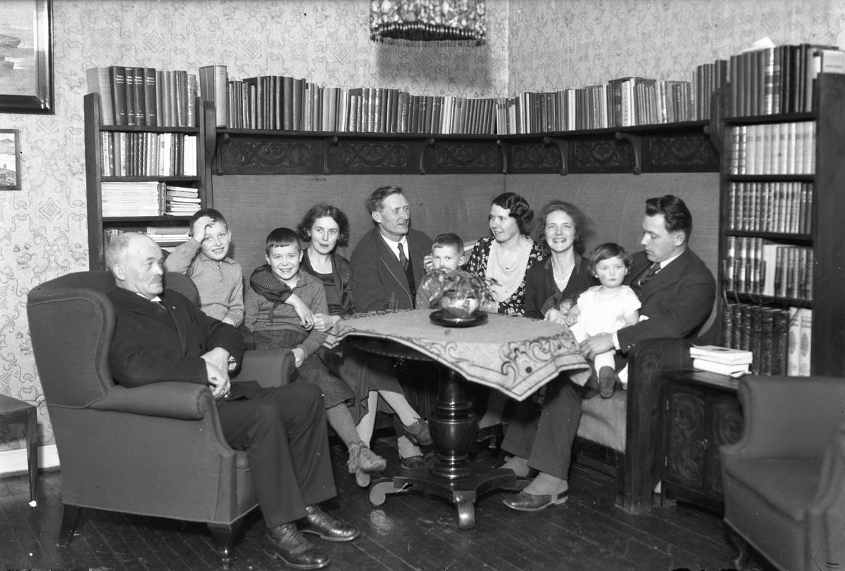 Familiegruppe i stue.