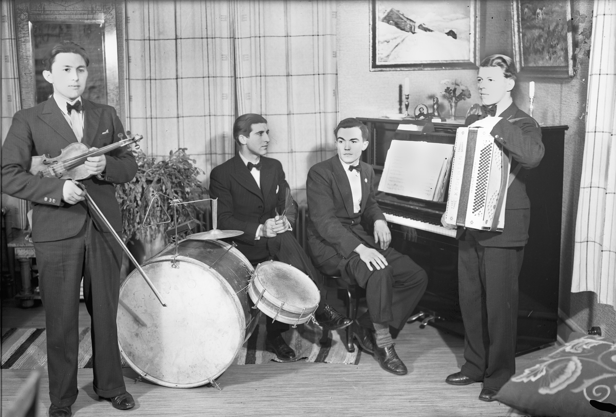 Kvartett. Piano, trommer, fiolin og trekkspill.