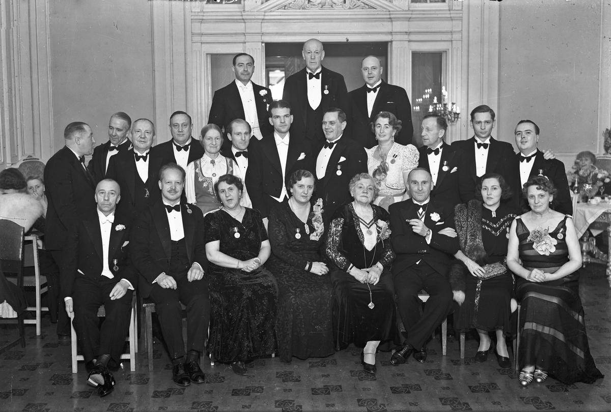 Menn og kvinner med medaljer. Ernst Høva til høyre. Festiviteten?