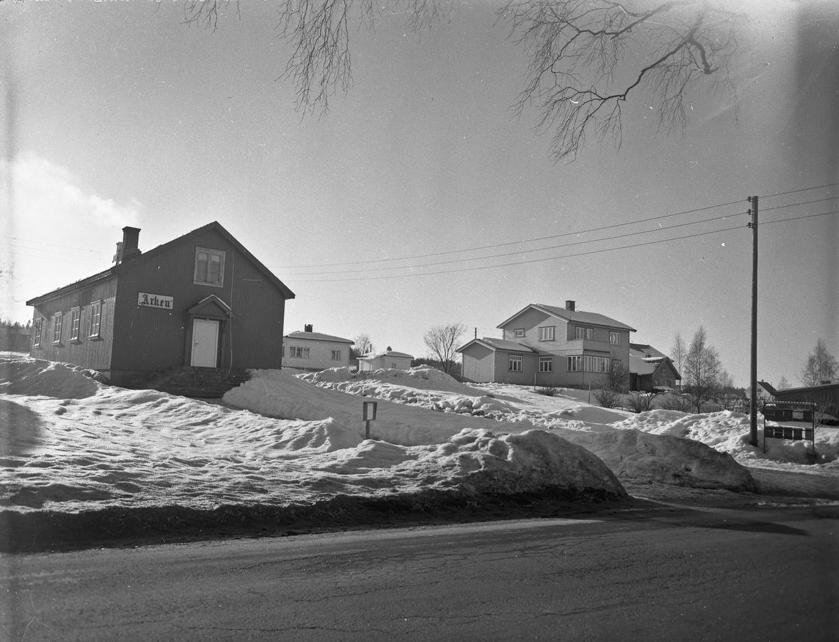 """2 hus. Det ene er """"Arken"""". Den frie evangeliske forsamling. Ligger omtrent over veien til Råholt kirke."""