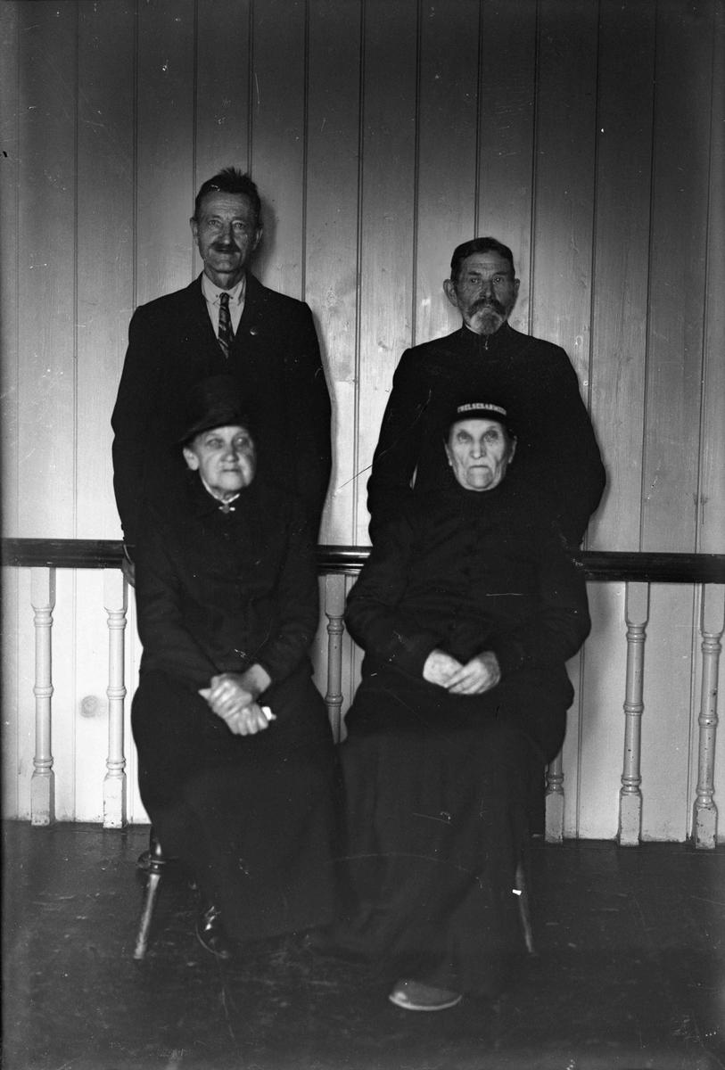 4 voksne, kvinnene er i Frelsesarmeen.