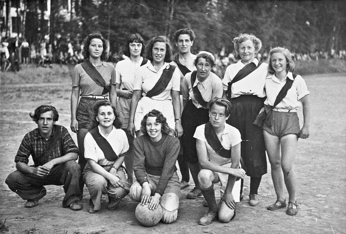 Gruppe - mest kvinnelige fotballspillere. Sannsynligvis fra Landsgymnaset. Bak til høyre står Marit Tjærbråten.