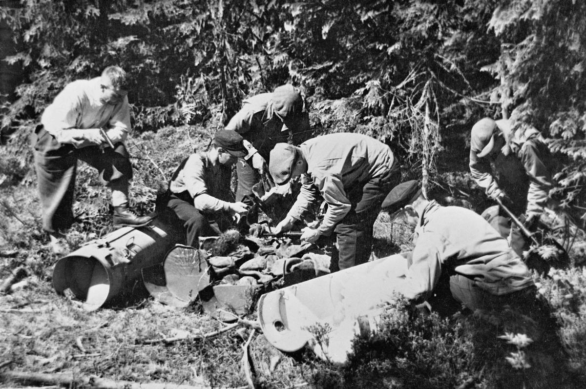 Henting av utstyr fra flyslipp. Mest sannsynlig rett etter krigen.