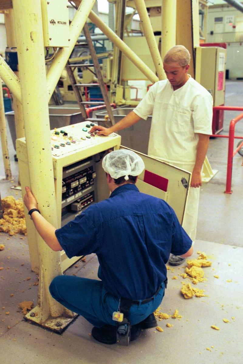 Fabrikkmiljø, arbeidsmiljø, maskiner, arbeider, mann, arbeidstøy, deig
