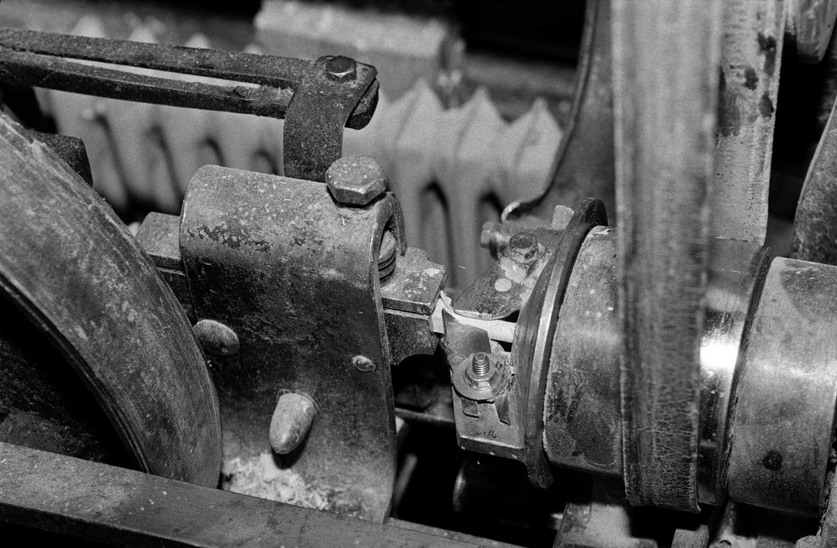 Svartdahl Bruk Bærepinneproduksjon. Demonstrasjon av maskiner. Detalj fra kraftoverføringen på pinnemaskinen.