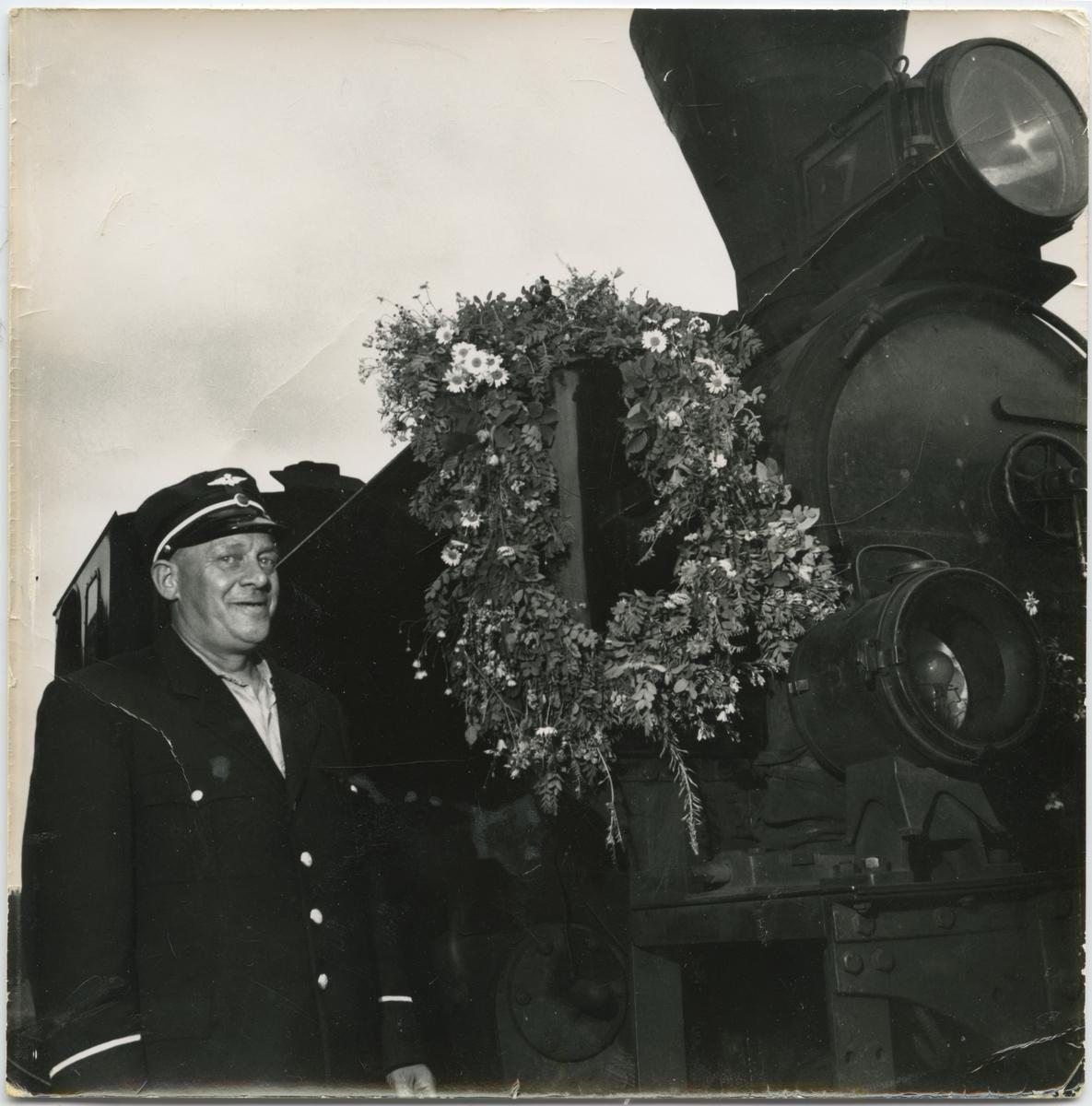 Lokfører Krisian Nordli foran bekranset lok 7 Prydz på siste driftsdag.