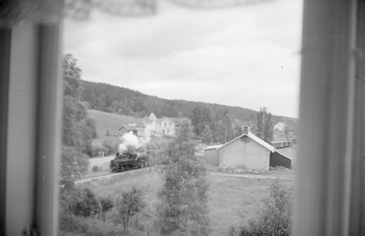 Oversiktsbilde fra Skulerud. Siste ordinære tog skiftes sammen på stasjonen.