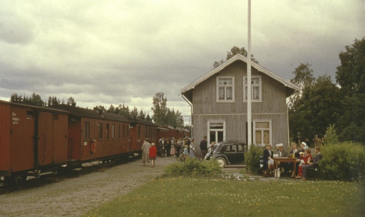 Tog 2058 til Sørumsand står på Skulerud for siste gang. Lokalbefolkningen har møtt frem for å ta farvel.