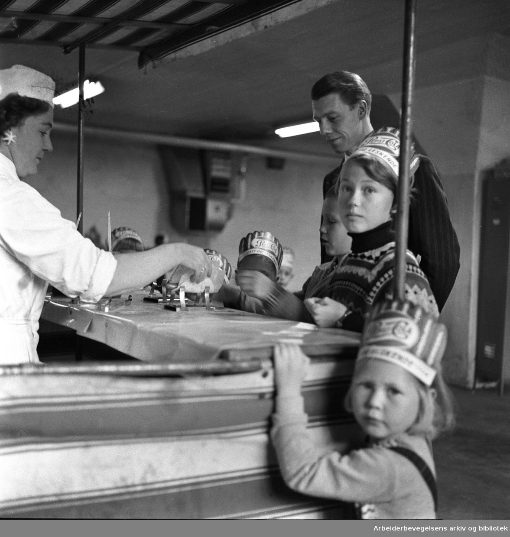 Familiebesøk på Tiedemans Tobakfabrik - fabrikkeier Johan H. Andresen sammen med barn av arbeiderne,.oktober 1958