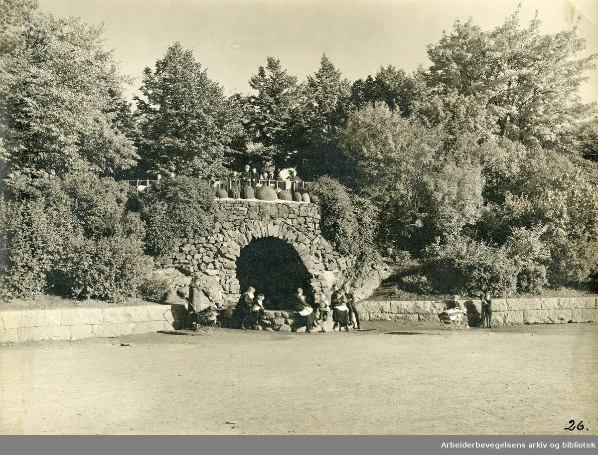 Kampens park; Kampengrotten med lekeplass og beplantning,.1920-tallet