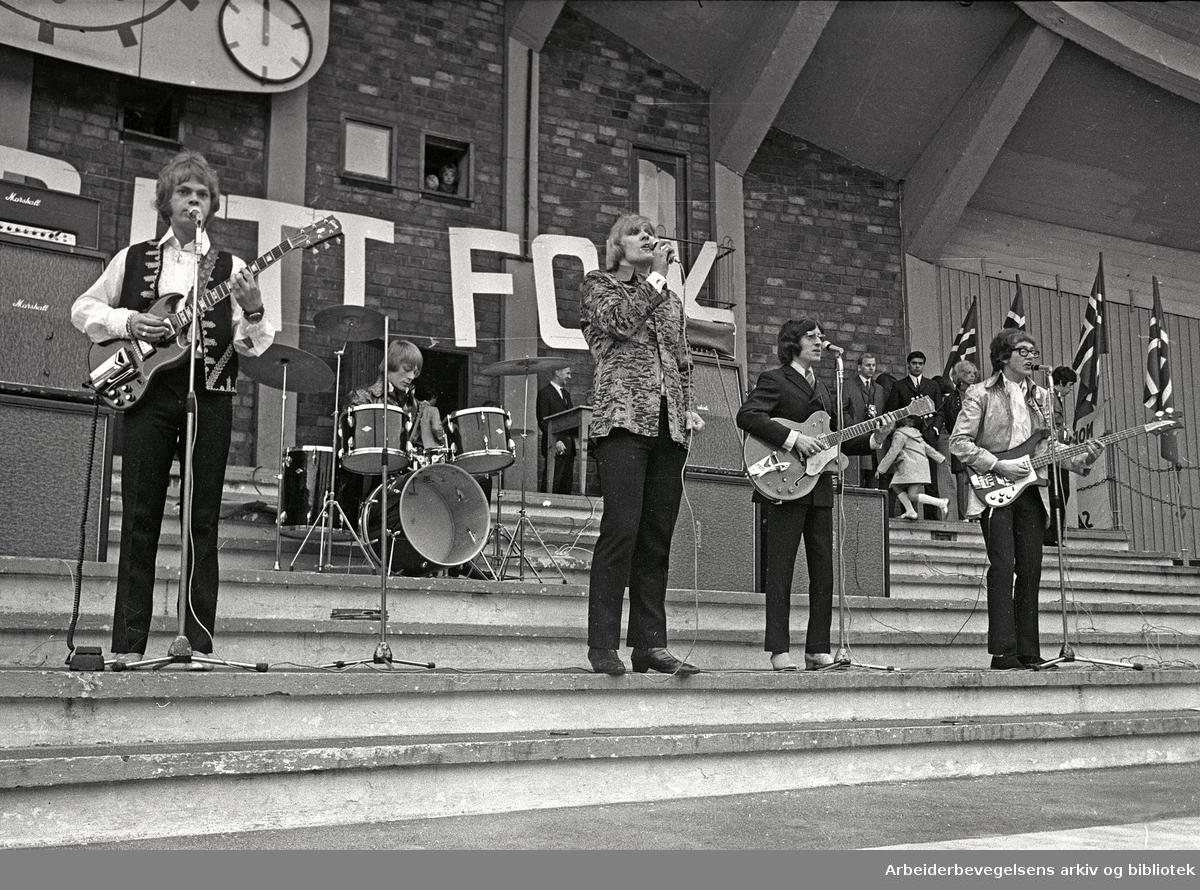 1. mai 1968 i Oslo.Framfylkingens arrangement på Jordal Amfi..The Vanguards spiller.Fra v.: Freddy Lindquist, Leif Hemmingsen, Bjørn Nordvang, Svein Finjarn og Johnny Sareussen