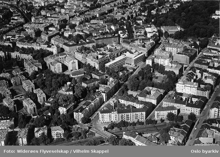 Oslo handelsgymnasium, Parkveien opp til Slottsparken, Hansteens gate, Huitfeldts gate. Nasjonalbiblioteket. (Flyfoto)