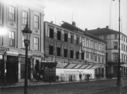 Gatemiljø, fra Karl Johans gate. Gatelykt. Søstrene Larsens
