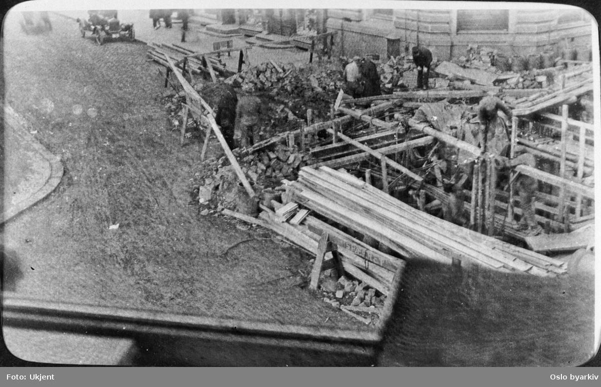 Arbeide med graving for legging av kloakkrørledning. Reisverk i tre. (Jfr. bilde A-10005/U/0001/051) Fra 1920-tallet.