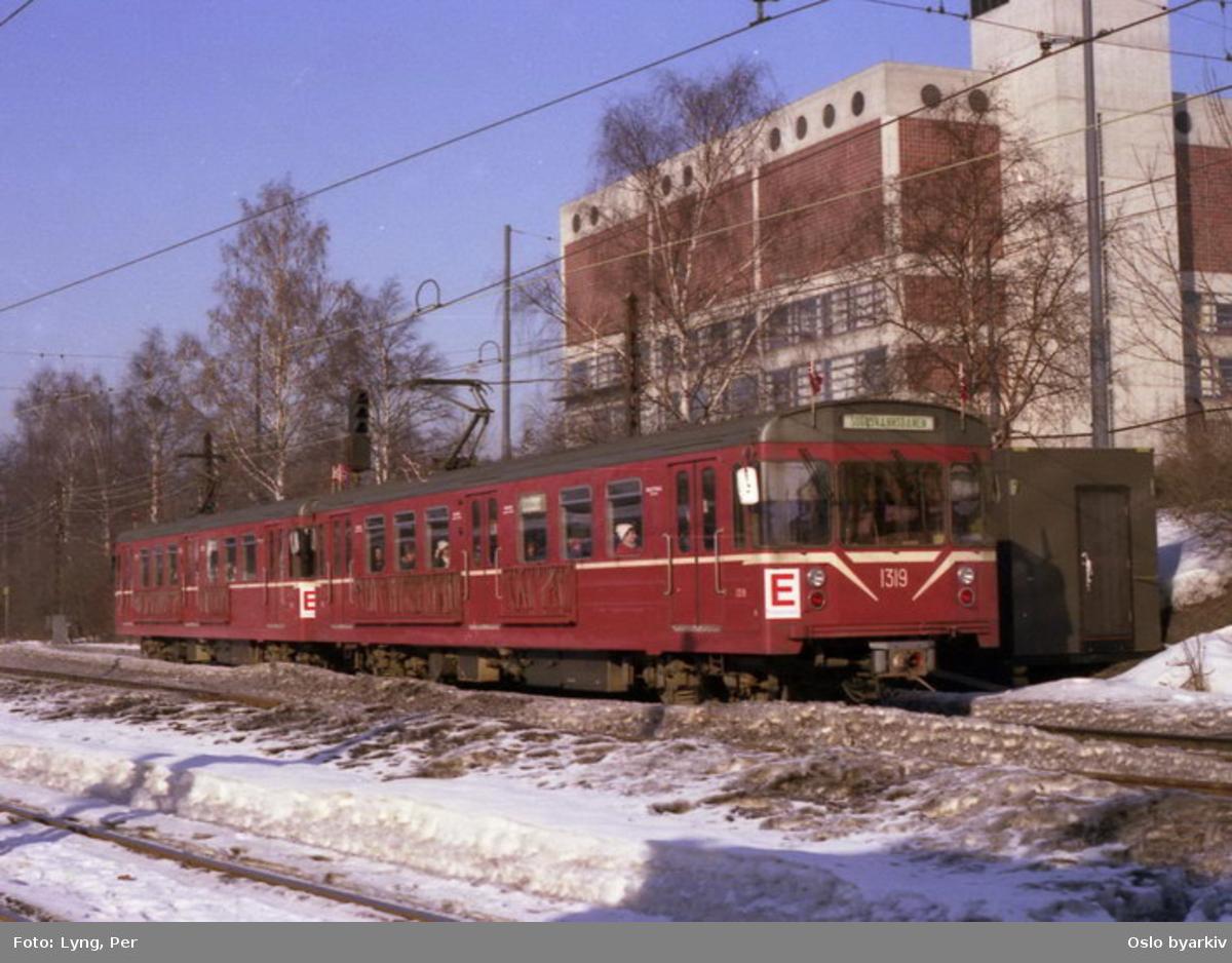 Oslo Sporveier. Flaggprydet T-banevogn 1319, serie T6, i tog på linje 13 fra Sognsvann nedover ved Chateau Neuf.