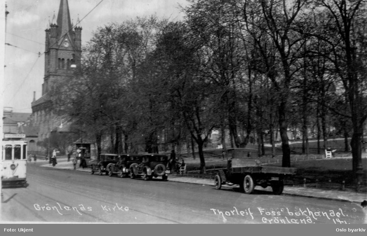 """Grønlandsleiret ved Grønlands park (opparbeidet 1916-17). Trikk, lastebil, drosjer?. Grønland kirke. Postkort påskrevet """"Thorleif Foss' bokhandel. Grønland""""."""