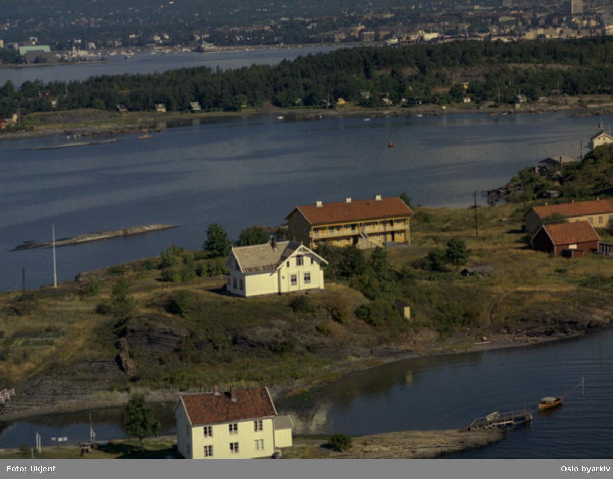 Heggholmen, Gressholmen. Arbeider- og bestyrerbolig for Lilleborg fabrikker, tidl. Christiania Dampoljemølle (Flyfoto)