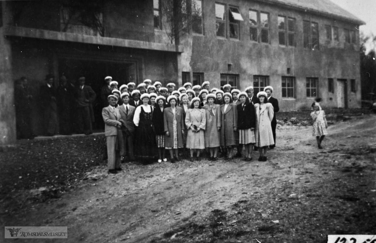 Eidsvåg blandakor ved Bergtun 17.mai 1949. NB: Bergtun er enda ikke ferdig utvendig.