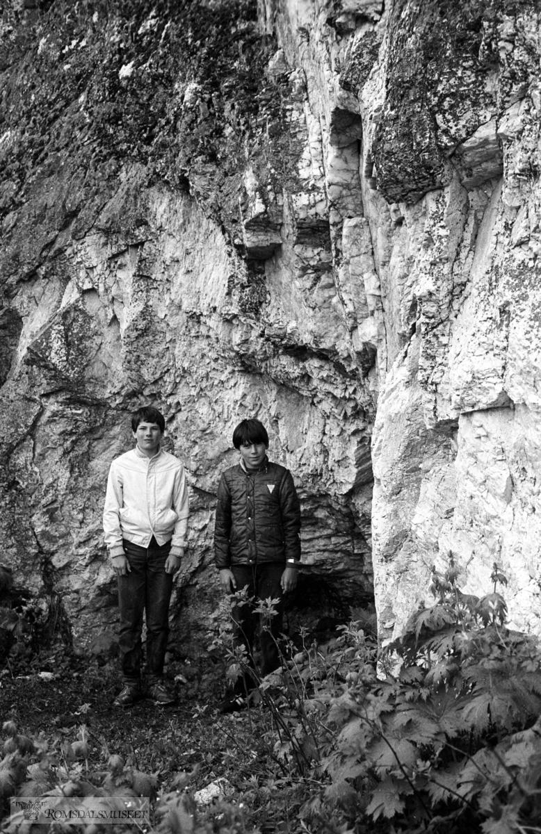 Glimmergruve, Seter, Eikesdalen. Se artikkel i Romsdal Sogelag Årsskrift 1984,side 176-79. .Sigmund og Torstein Austigard ved glimmergruven.