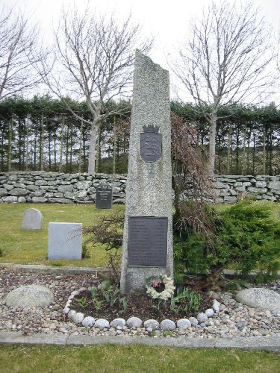 Bauta av granitt påsatt skjoldformet bronsemerke med Haugesunds byvåpen ( tre måker) samt bronseplate med navn. Bautaens H 2,60 m. B 0,55 m.D 0,40 m. Omkranset av stein bård 2, 40 m X 6, 40 m. med 4 innlagte kulesteiner med inskripsjon Kjæmp for alt hva du har kjært o.s.v.
