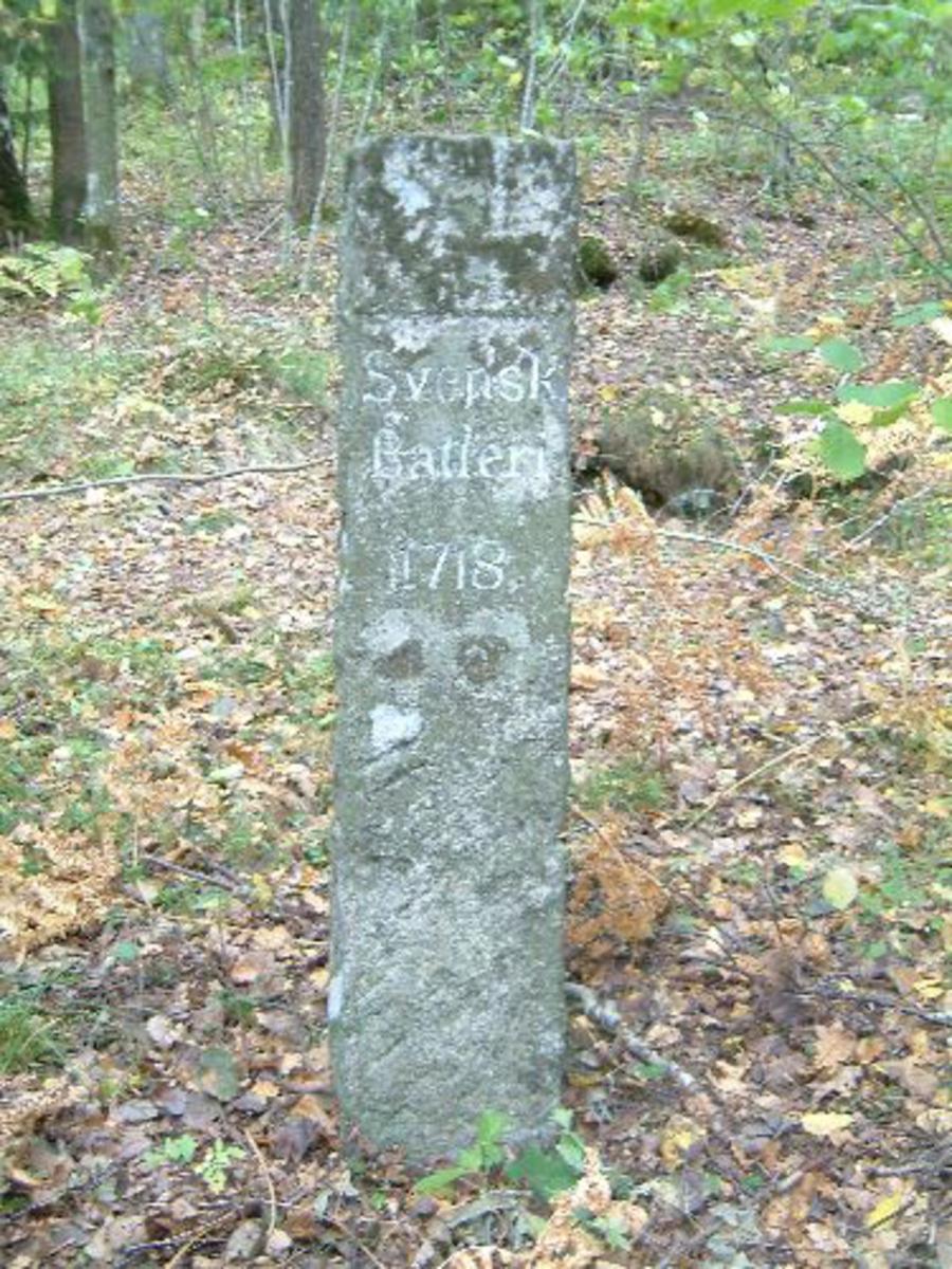 Merkestenen er ca 1 m høy og 24 x 22 cm.