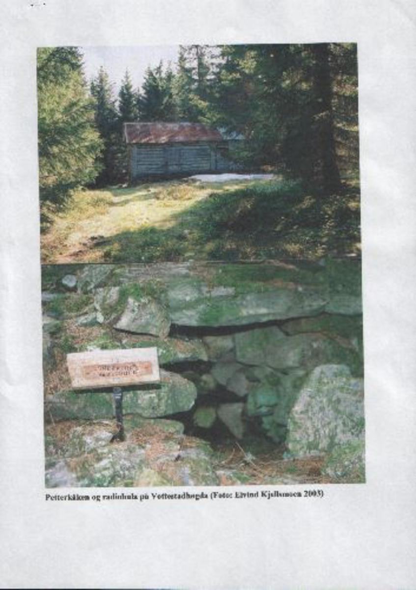 Minneplate på nordveggen inne i hytta og liten plate ved skjulestedet.