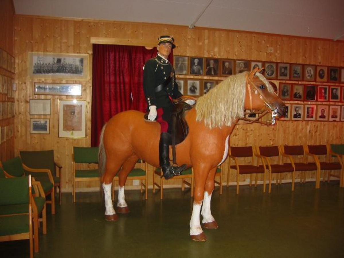 Modell av kavallerist til hest i full størrelse