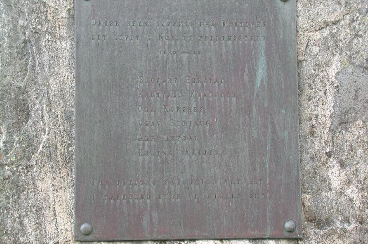 Bautastein ca 4,3 m høg . kopparplate med inskripsjon.