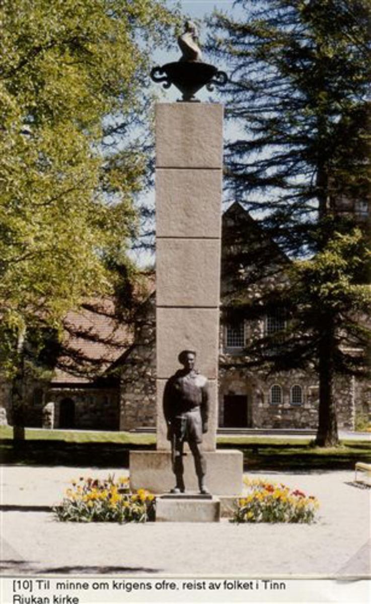 Monumentet forestiller en soldat og hjemmefrontsoldat slik han dukket opp i frigjøringsdagene 1945, på hver side av en 8 m høy granittsøyle med fredens flamme på toppen. Monumentet er i granitt og bronse