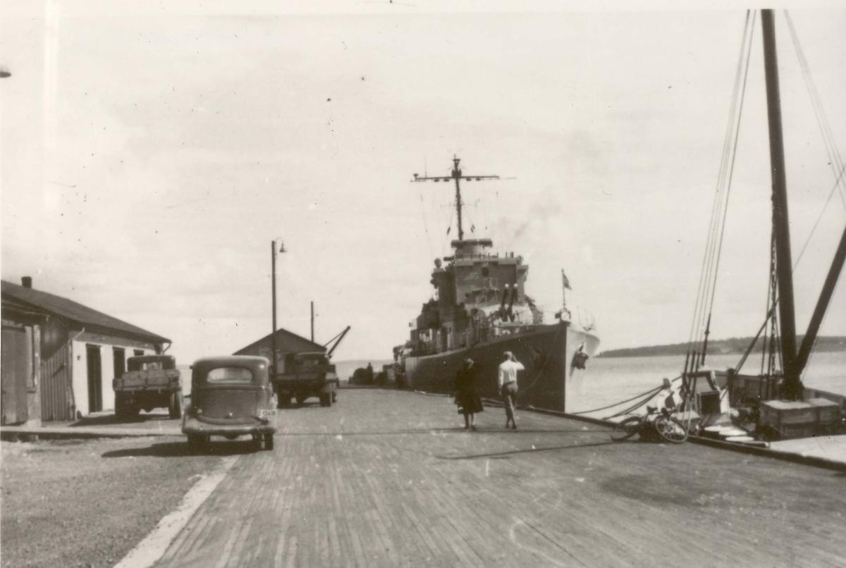 """Jageren """"Arendal"""" ved kai på sitt første besøk i Horten 1945."""