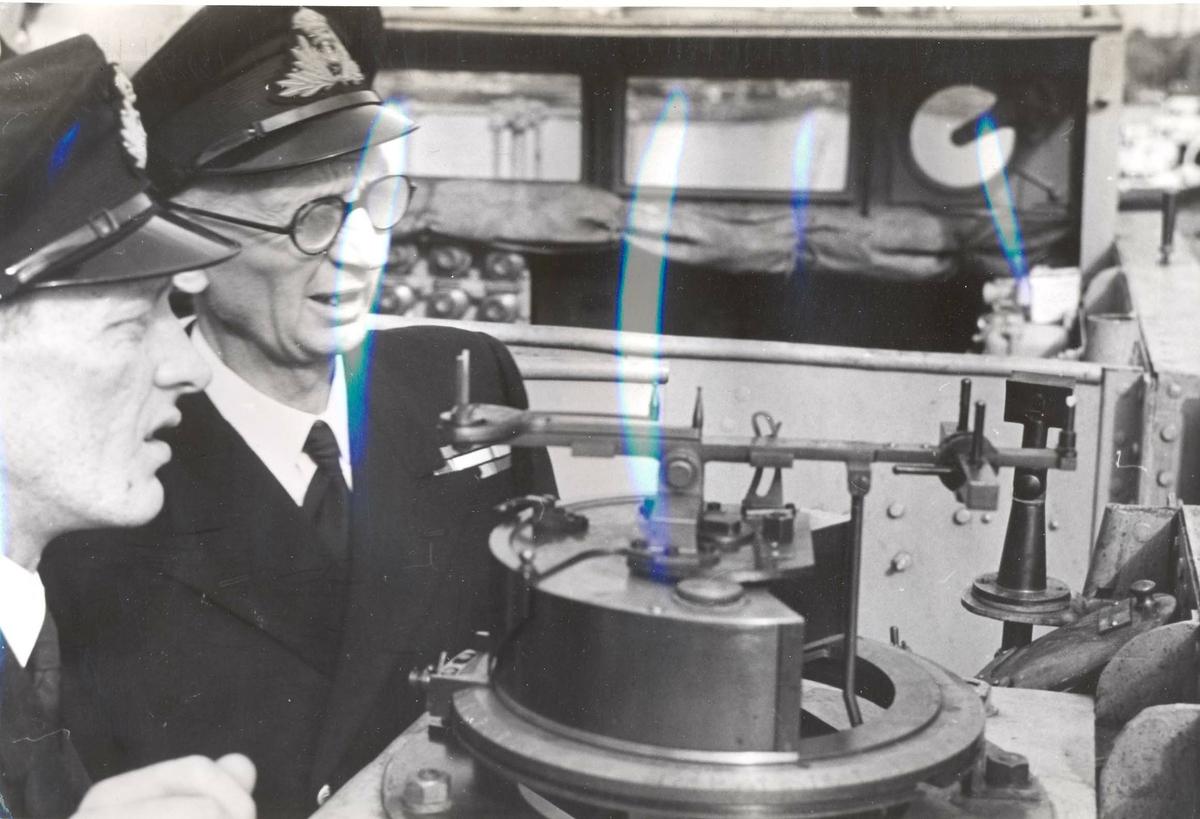 """Jageren """"Stord"""" blir overtatt av Den Norske Marine, 26.august 1943.  Kontreadmiral E. Corneliussen inspiserer utstyr for utskytning av torpedoer"""
