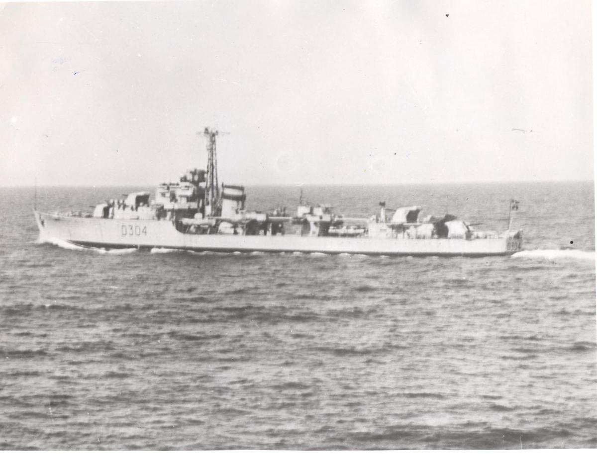 Jageren KNM Bergen i fart, babord side
