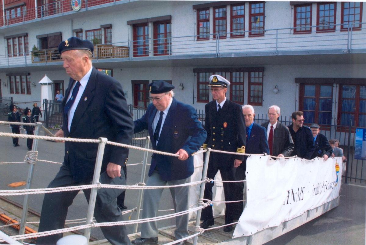 Enkeltbilde. KNM Fritjof Nansens hjemkomst. Krigsveteraner og spesielt inviterte kommer ombord.