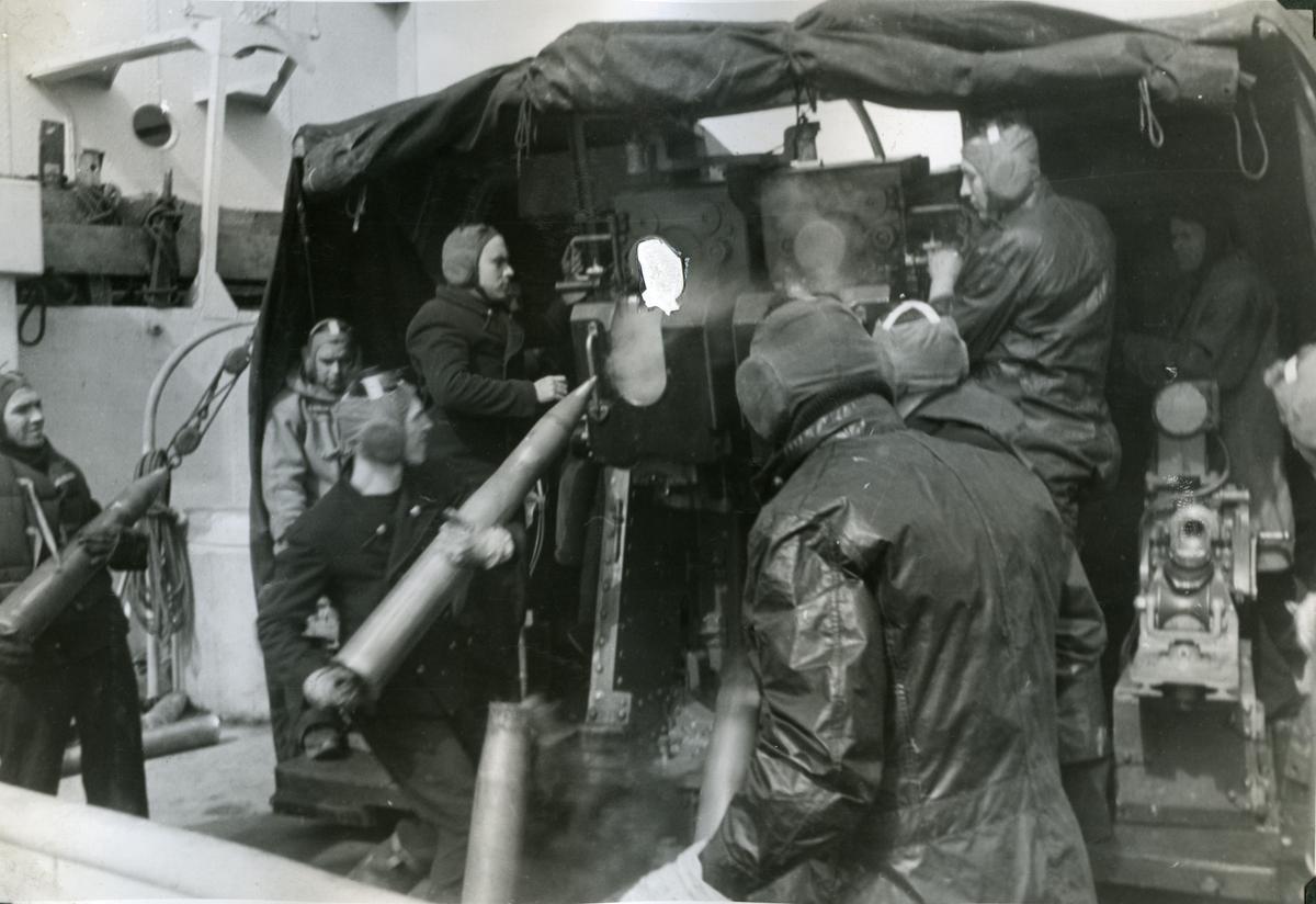 """Album Glaisdale H.Nor.M.S. """"Glaisdale"""". Fotograf: Ltn. Holter. """"Glaisdale"""" under angrep med ubåt i Atlanterhavet."""