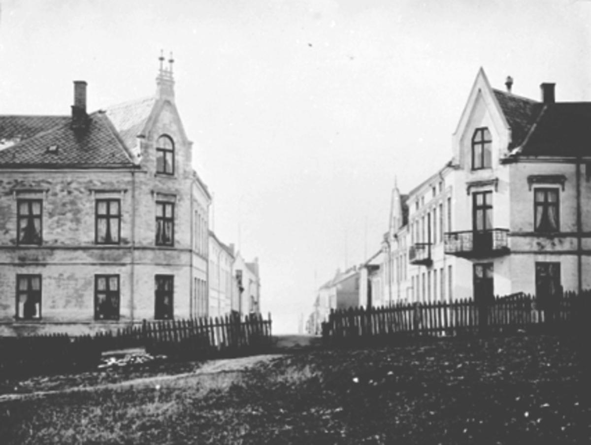 Oversikt Håkonsgate fra Håkonsgate 44-45 mot Østre Torg i Hamar, sett sørover mot Mjøsa. Håkonsgate 45 til venstre og Håkonsgate 44 til høyre. Kompanigården,  Companigården t. h. ble bygd før 1900 og huste mange familier gjennom årene, for det meste arbeiderfamilier. Bygården rommet over 20 husvære i mellomkrigsåra, og husleia for en 1-2 roms leilighet var ca 30 kr. måneden rundt 1930. Dette var omlag 10-15% av nettoinntekta i en gjennomsnittlig barnefamilie. Se også 0401-03023.