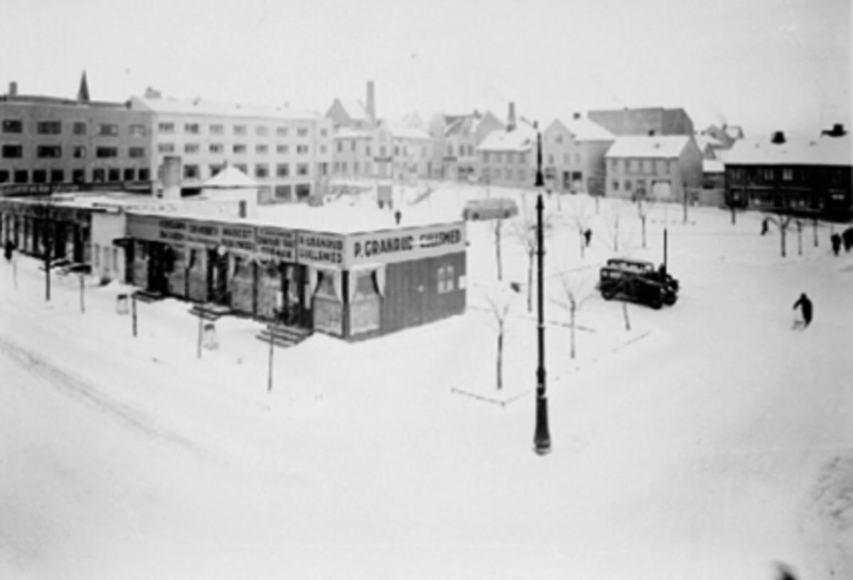 MIDLERTIDIGE FORRETNINGER ETTER BRANNEN 1935, ØSTRE TORG, GRØNNEGATA 52 BYGGES, VINTER, GODTKJØPSBASAREN, MASCOT PARFYMERI, GULLSMED P. GRANRUD