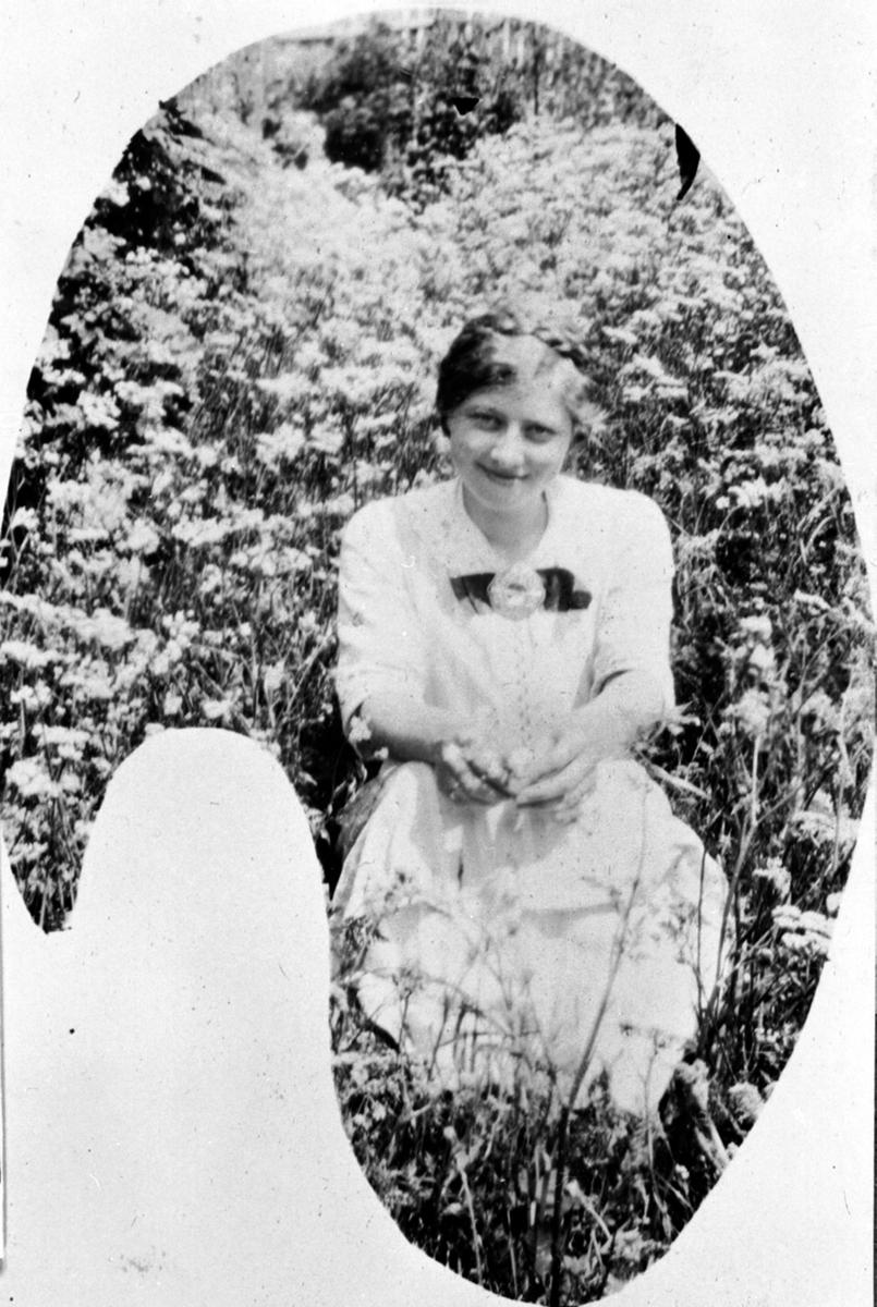 Inga Helene Simenstad f.1892 (Sorgendal, Lillehammer), Simenstad gard, Veldre, Ringsaker.