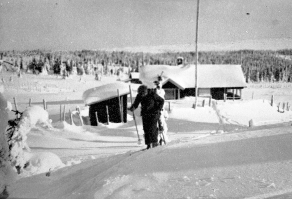 Hytte, Moste seter, Ringsakerfjellet, Karl Bårdseth på ski.