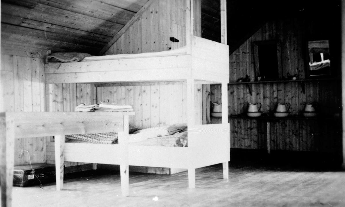 Interiør, sovesal, Vea Hagebruksskole, Ringsaker. Første internatet etter krigen i 2dre etasje over veksthuset. Køyesenger.