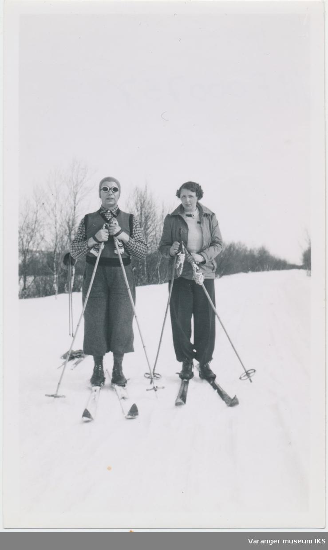 Ida Slettjord og antatt Jørgen Skodje på skitur