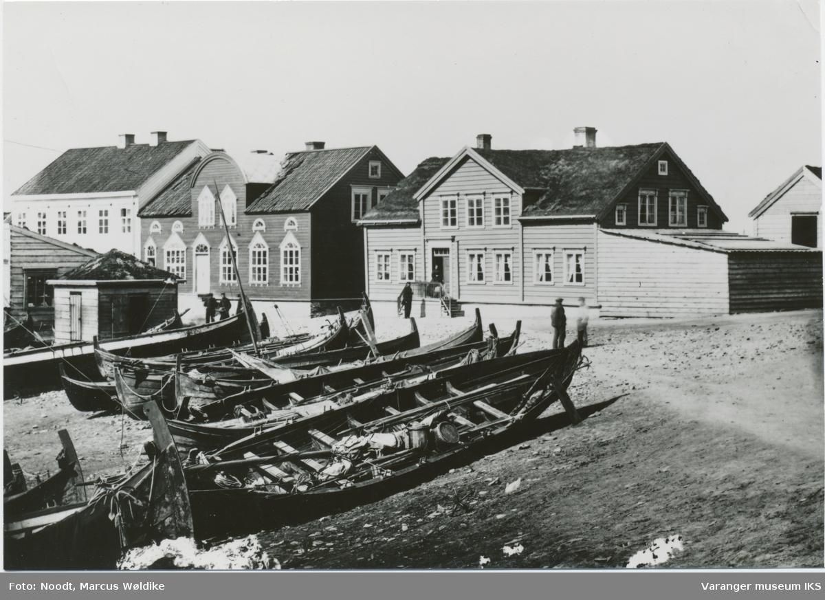 Trehusbebyggelse på Valen, nordlandsbåter trukket på land i forgrunnen, ca. 1868