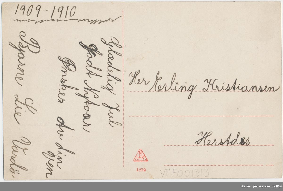 Postkort, Vardøhus Festning, Kongeporten til høyre, fastlandet i bakgrunnen