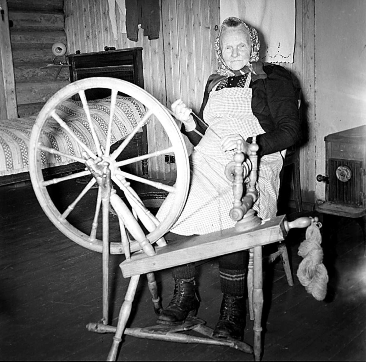 Eldre kvinne ved rokk