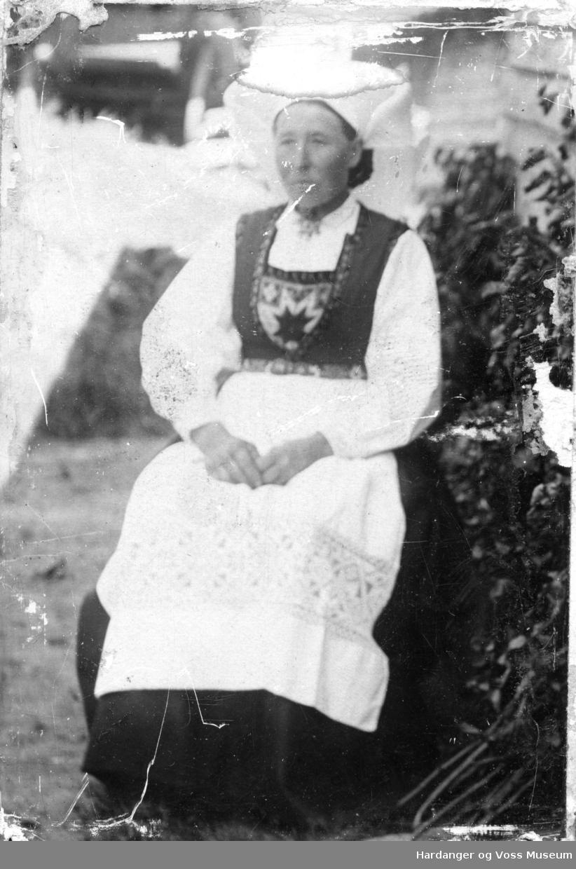 Margreta L. Årekol i bunad