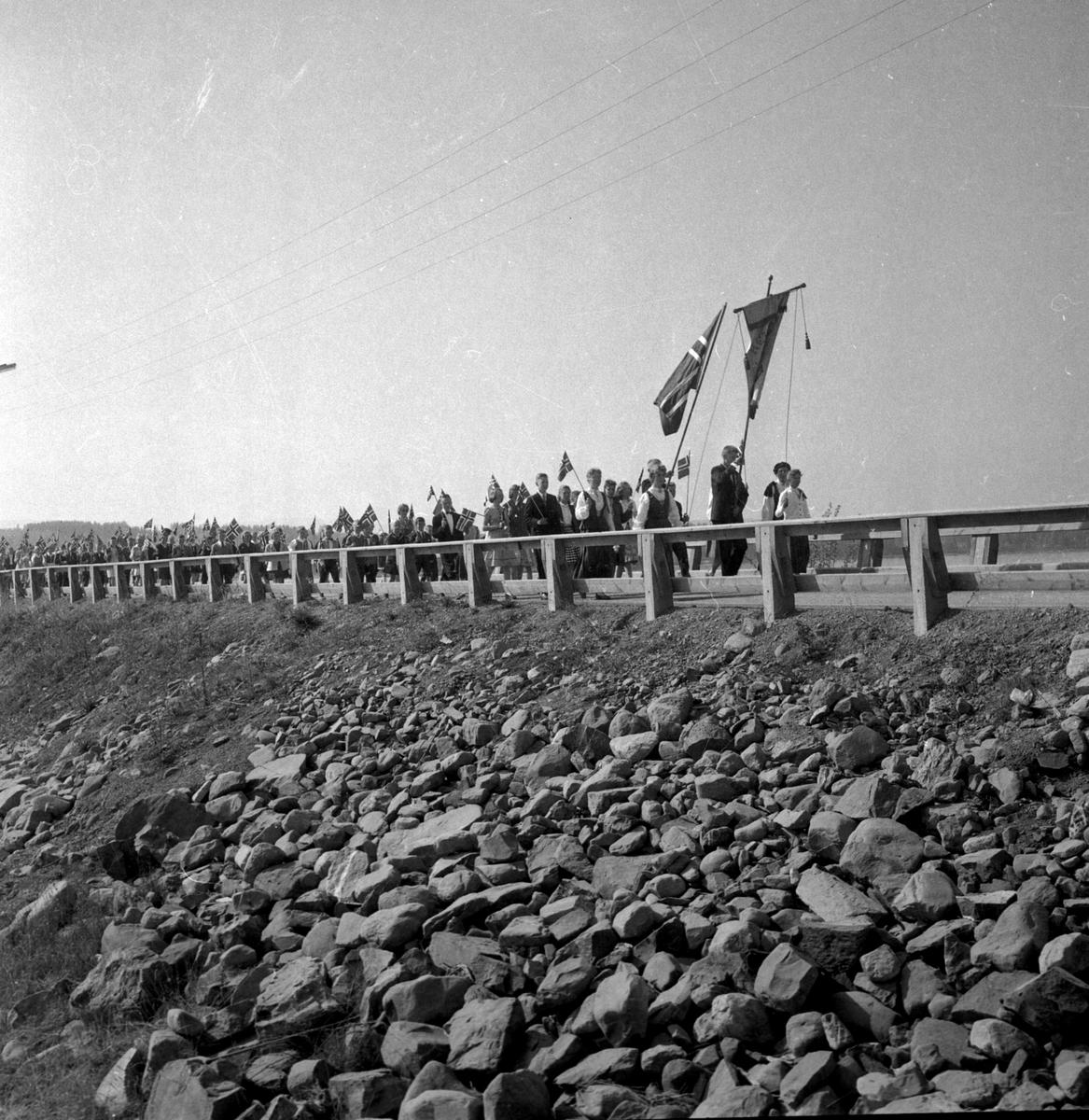 17.mai toget på vei fra Tingnes til Helgøya over Nessundet bru tidlig på 1960-tallet.