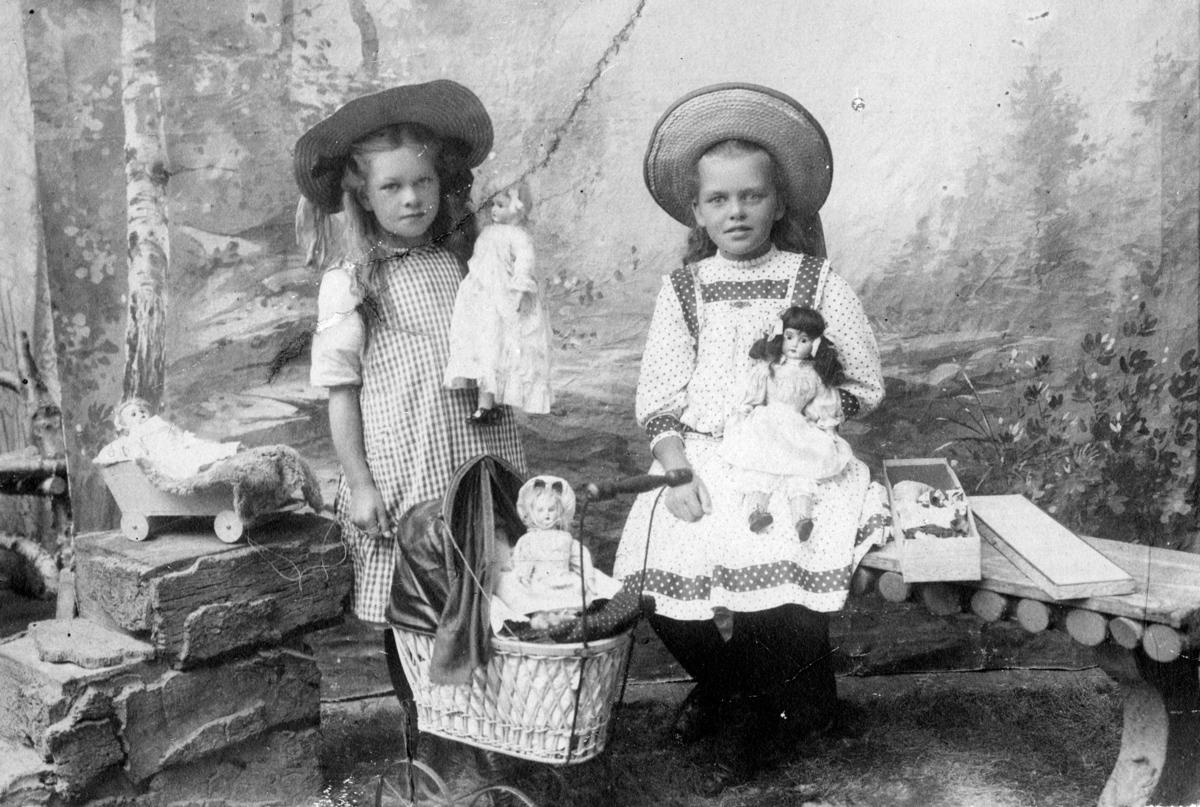 To unge jenter med leker.